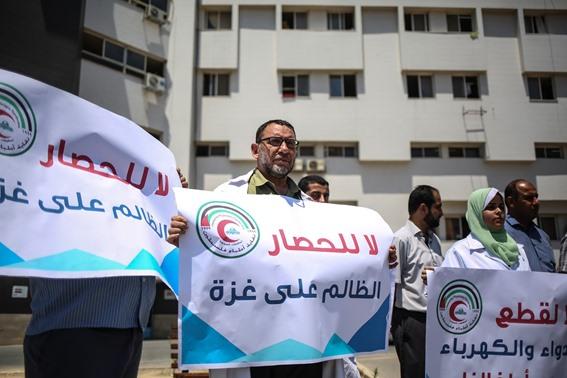 أطباء وممرضون بغزة يرفضون قرار إحالتهم لـ