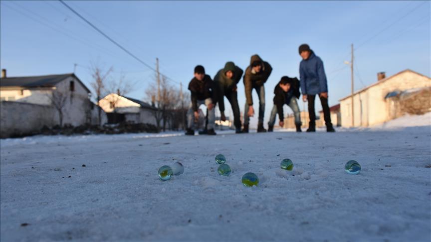 أطفال قرية تركية يستمتعون بممارسة أنشطة مختلفة في العطلة الانتصافية