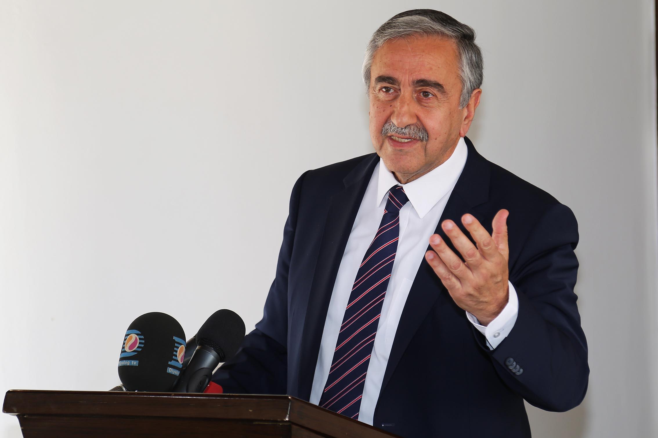 أقينجي يستقبل جاويش أوغلو في شمال قبرص التركية