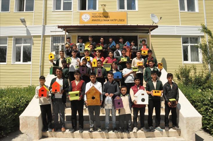 اقتداء بالعثمانيين... طلاب أتراك يصنعون بيوتًا للعصافير