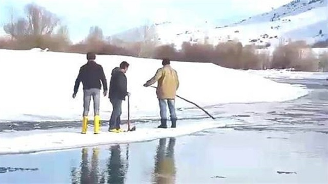 الجليد وسيلة مواصلات في تركيا..!