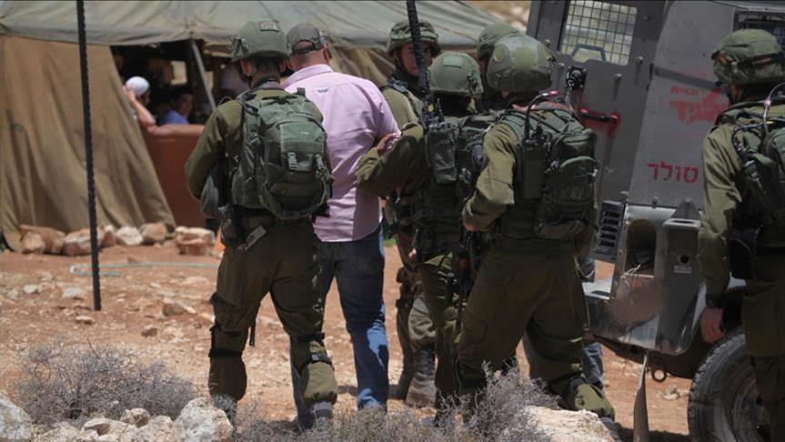 الجيش الإسرائيلي يعتقل عائلة فلسطينية جنوبي الضفة