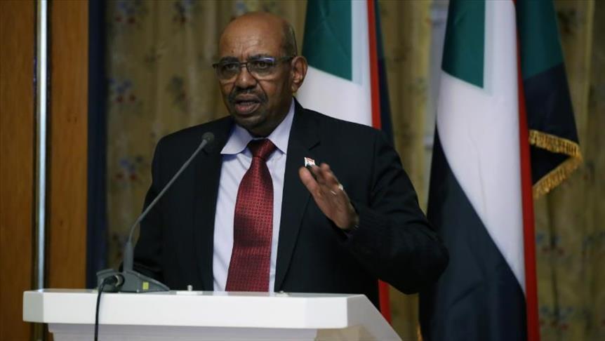 الرئيس السوداني يحل الحكومة ويعين معتز موسى رئيسا للوزراء