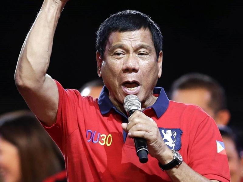 الرئيس الفلبيني يحذر واشنطن من تخزين الأسلحة في بلاده