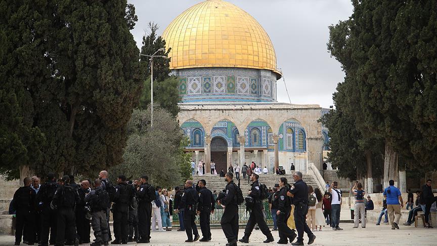 الشرطة الإسرائيلية تعتدي بالضرب على مدير المسجد الأقصى