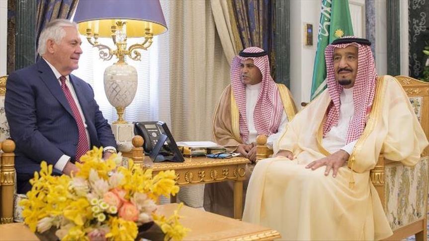 العاهل السعودي يبحث مع تيلرسون تطورات الأحداث في المنطقة