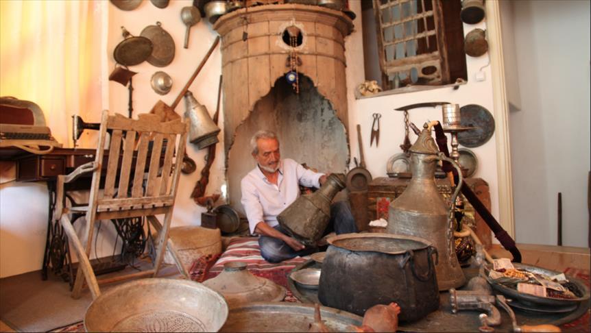 تركي يحوّل طابقا من منزله إلى متحف للمقنيات التراثية
