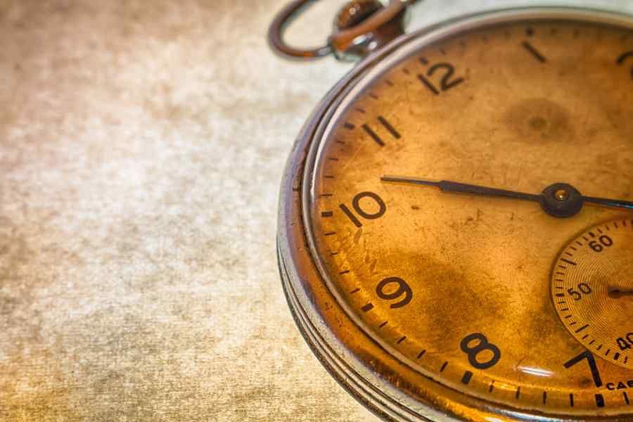 تركي.. يصلح الساعات وينتجها منذ 62 عامًا