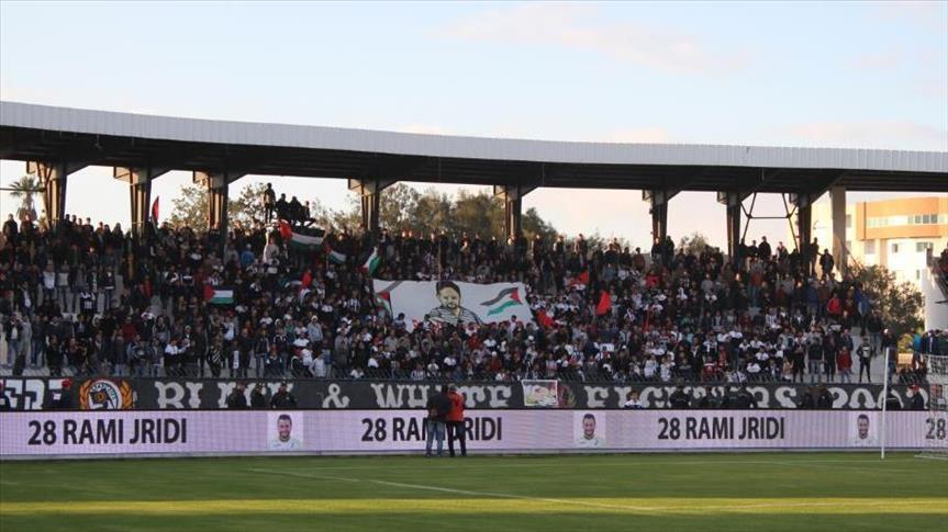 """جماهير """"الصفاقسي التونسي"""" ترفع علم فلسطين وصورا لـ""""الزواري"""""""