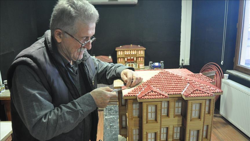 حرفي تركي يصنح نماذجًا تسلط الضوء على فنون العمارة في مدينته