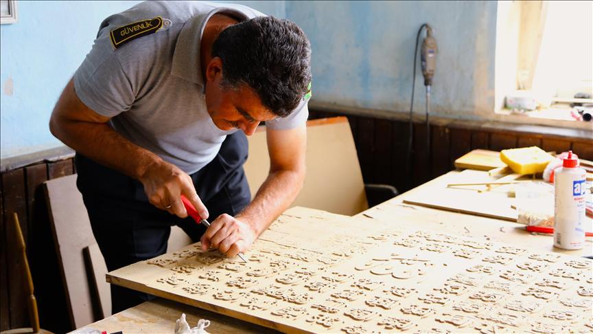 حرفي تركي يطوع الخط العربي بالنحت على الخشب