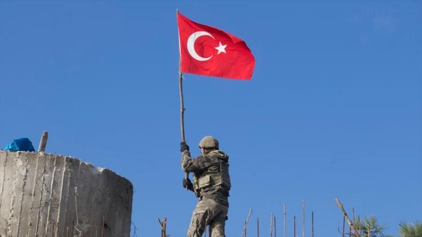 رفع العلم التركي وعلم الثورة السورية على جبل