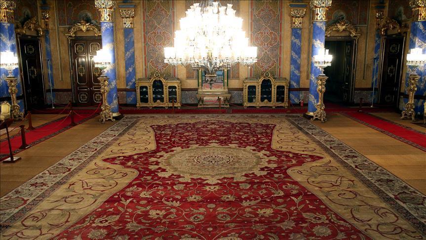 سجادة تاريخية في قصر باسطنبول تستعيد رونقها بعد عملية ترميم