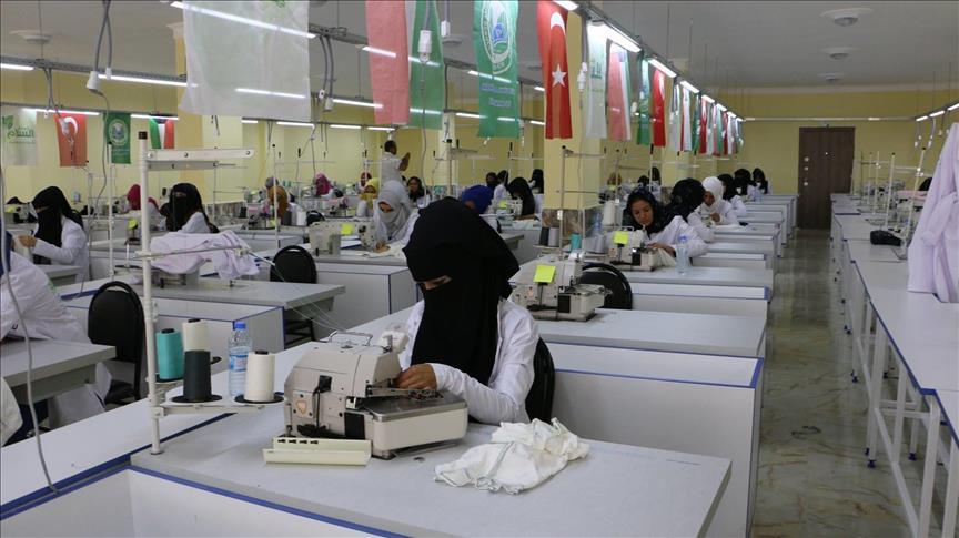 سوريات وتركيات ينتجن ملابسًا للمحتاجين في بلدان مختلفة