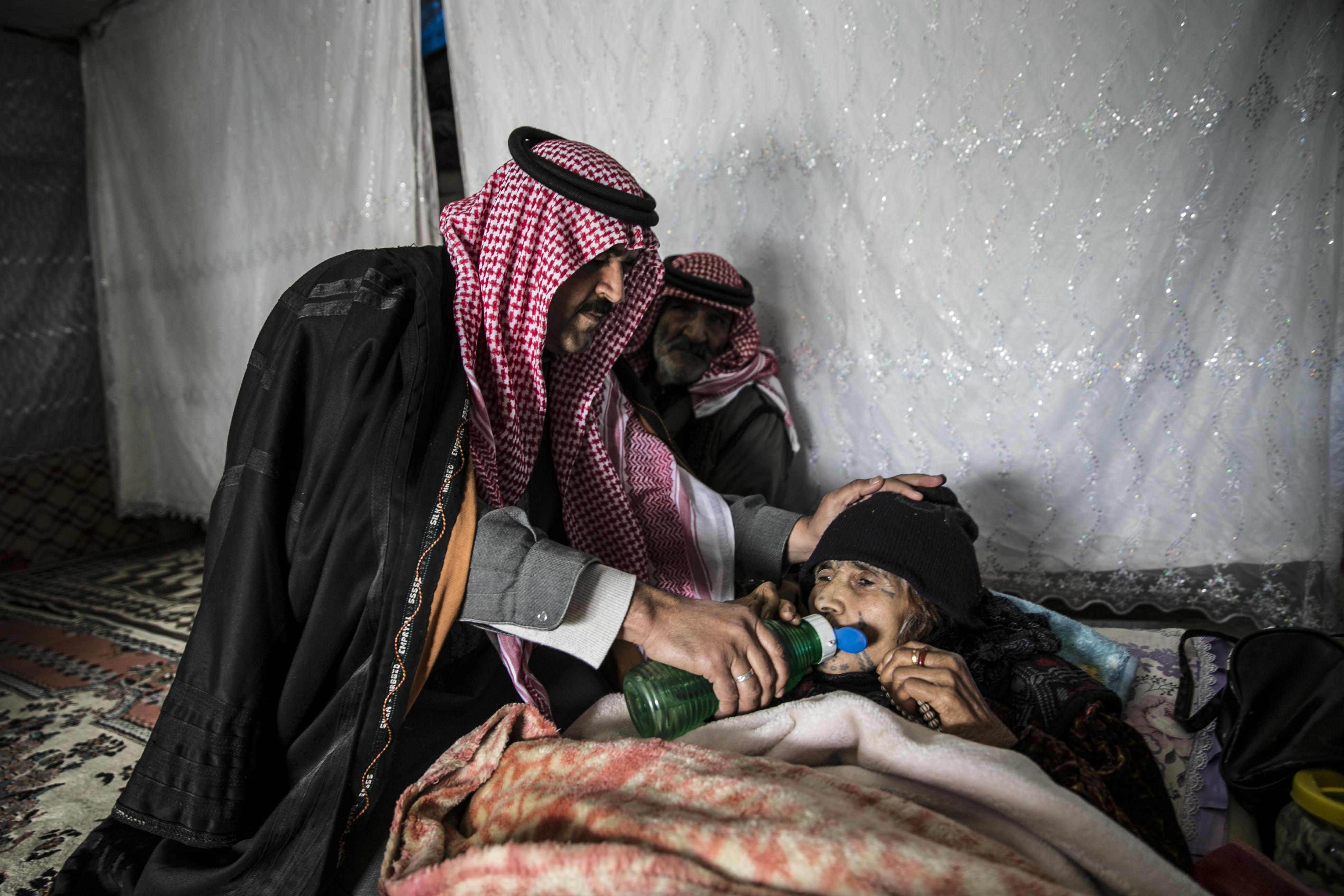سوري يحمل أمه على ظهره 12 كلم هربًا من