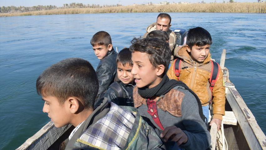 طلبا للعلم.. أطفال في الأنبار يصارعون نهر الفرات