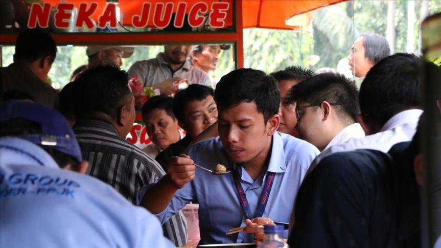 طهاة الشوارع في جاكرتا يقدمون وجبات بنكهات هندية وعربية وصينية