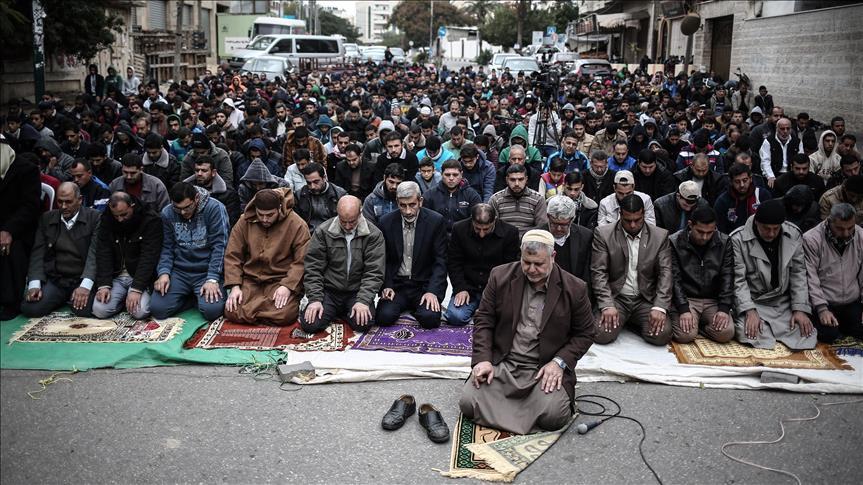 فلسطينيون يؤدون صلاة الجمعة أمام مقر الصليب الأحمر بغزة