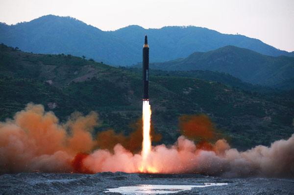 كوريا الشمالية تختبر صاروخًا