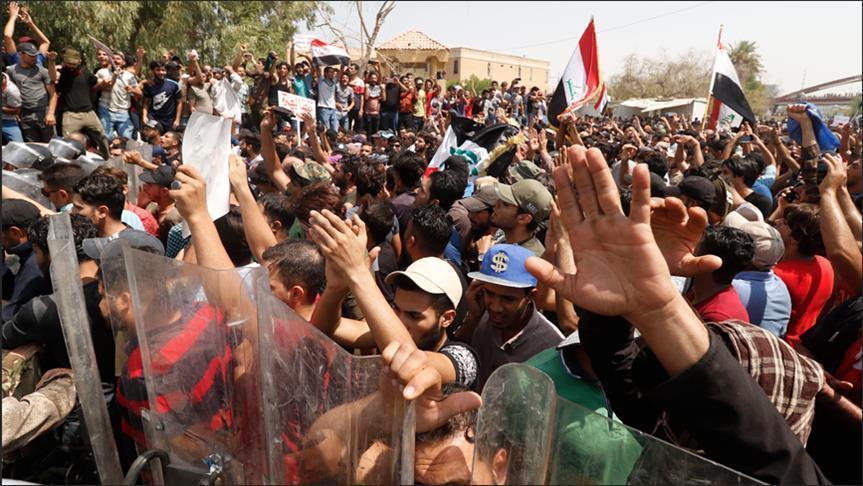 مئات المحتجين الغاضبين يغلقون طريقا رئيسية جنوبي العراق