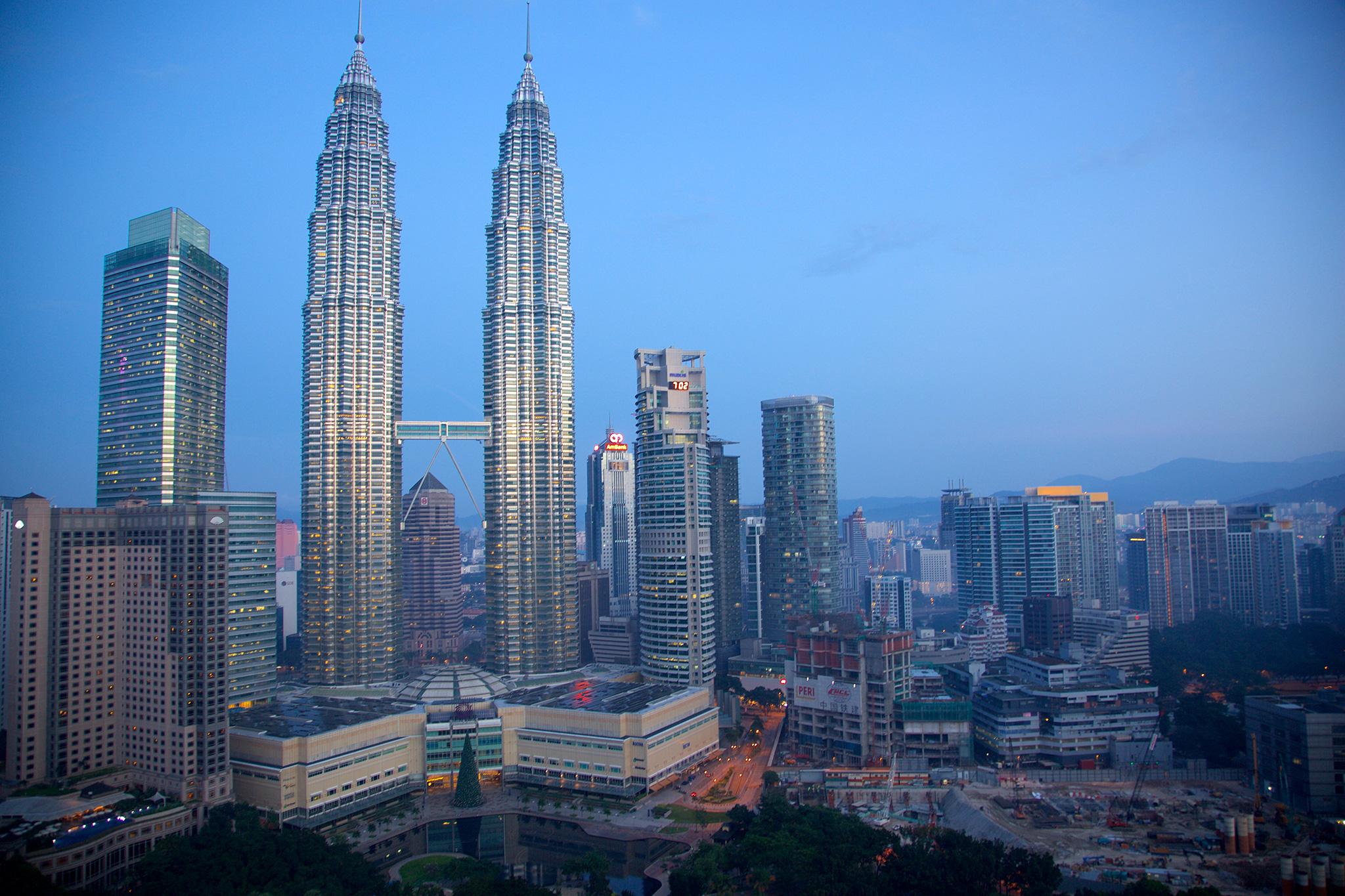 ماليزيا تصادر 273 مليون دولار من رئيس الوزراء السابق