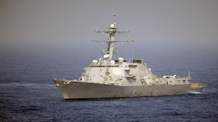 مدمرة أمريكية تطلق تحذيرات لسفينة إيرانية في الخليج