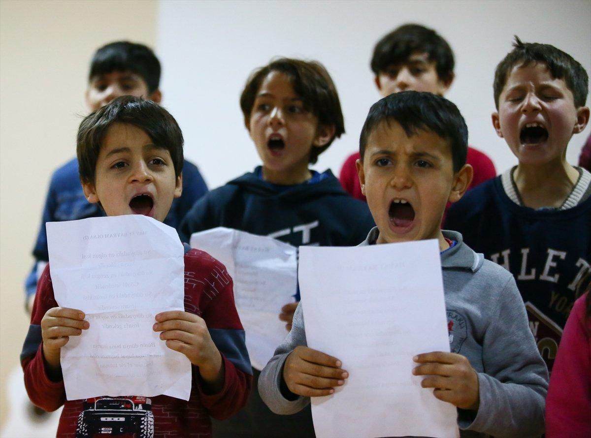 من إزمير التركية... رسالة سلام إلى العالم عبر حناجر أطفال اللاجئين