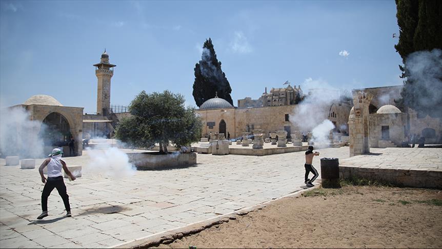 مواجهات في ساحات المسجد الأقصى بين مصلين والشرطة الإسرائيلية