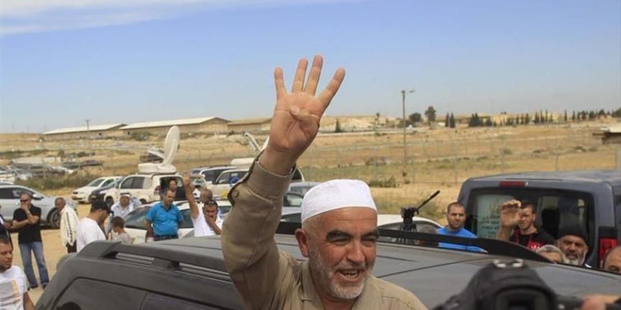 مواطنون يستقبلون الشيخ صلاح بعد الإفراج عنه