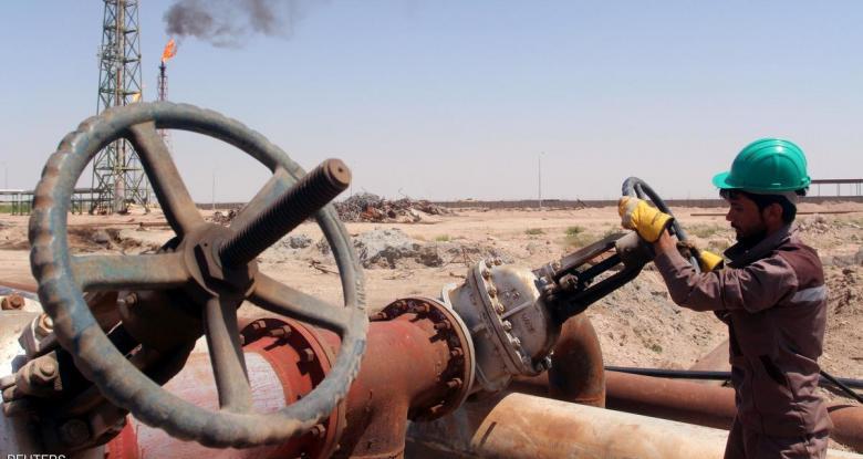 هبوط المخزونات الخام الأمريكية يصعد بأسعار النفط