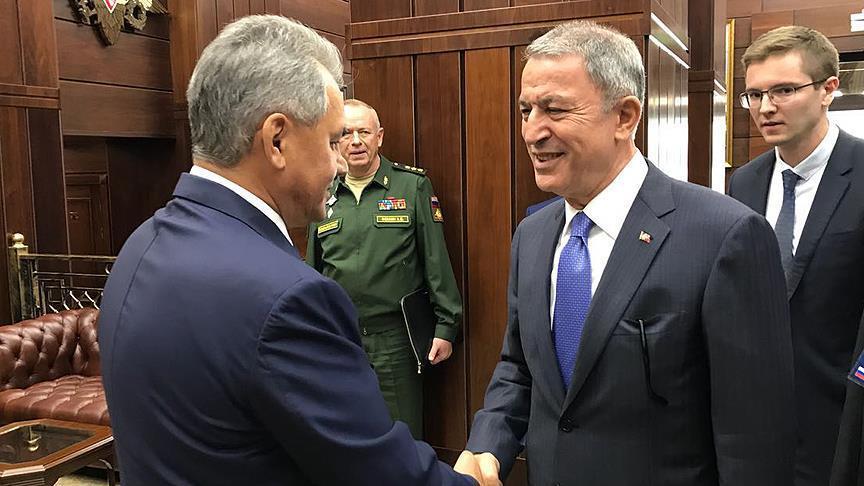 وزير الدفاع التركي يبحث مع نظيره الروسي الأمن الإقليمي والوضع بسوريا