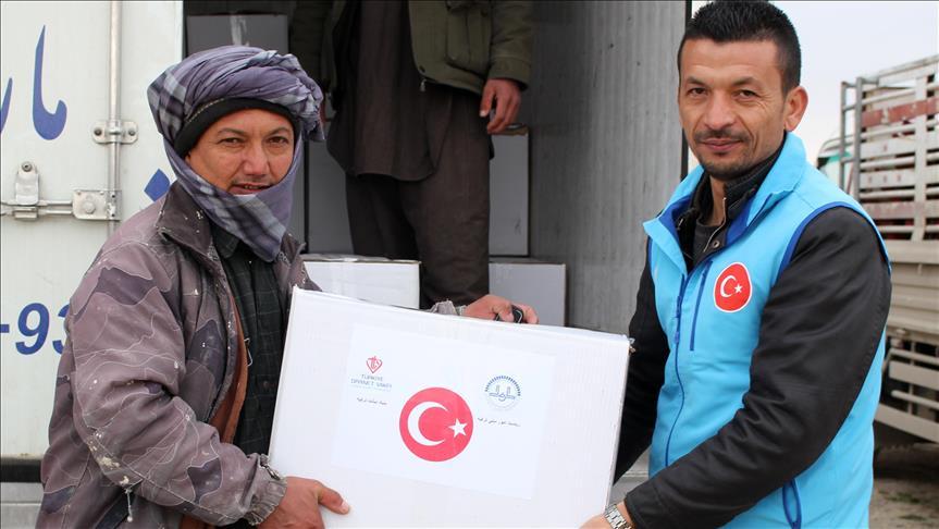 وقف الديانة التركي يوزع مساعدات إنسانية على 400 عائلة أفغانية